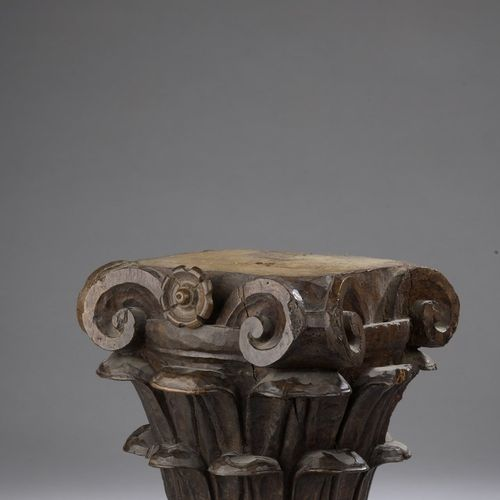 Carved walnut Corinthian capital decorated with stylized acanthus leaves and vol…