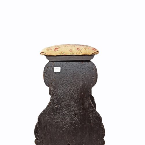 雕刻和镀金的胡桃木凳子。雕刻的腿由一个转弯的横木连接,正面装饰有卷轴、刺桐叶和一个龇牙咧嘴的面具,圆形的腰带上装饰有树叶。  托斯卡纳,16世纪  高度:56厘…