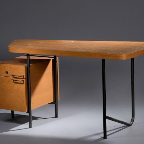 乔治·弗莱德曼(生于 1924 年) 办公桌采用黑色管状金属结构,枪管采用不对称灰烬顶部开口,左侧有一个带两个抽屉的盒子。 高:72 厘米 长:141 厘米 深…