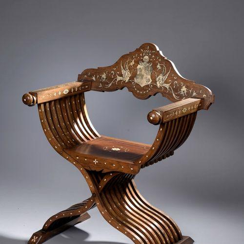 被称为萨沃纳罗拉的弧形扶手椅,用胡桃木镶嵌骨质(?)雕刻而成。弯曲的靠背以Reichert家族的纹章为中心,在1和4处有一只鸵鸟,嘴里叼着一个马蹄铁,都是适当的…