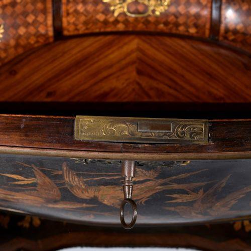 SORMANI (Attribué à)  Petit bureau de pente en bois de placage reposant sur des …