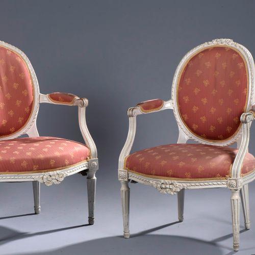 一对模制木质扶手椅,雕刻并重新涂上白色油漆。勋章式靠背和前横杆的中央部分都有丝带结的装饰。它们站在锥形的、有凹槽的和有鱼鳍的腿上。覆盖着粉红色、橙色和黄色的棉布…