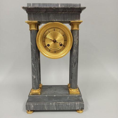 一个绿松石蓝色大理石门廊钟,有四根柱子和一个镀金的青铜底座和资本。  19世纪下半叶的作品。  大理石上有小的损坏,针头生锈。  尺寸:38 x 21 x 10…