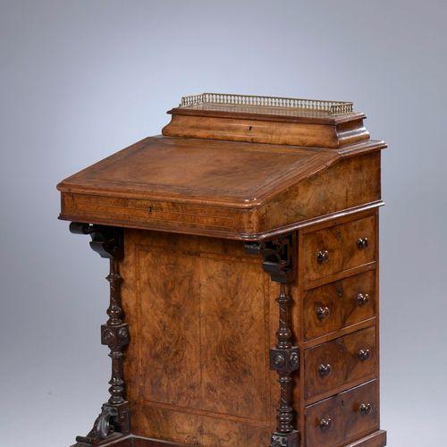 Meuble écritoire dit bureau Davenport en placage de ronce de noyer, filets de bo…