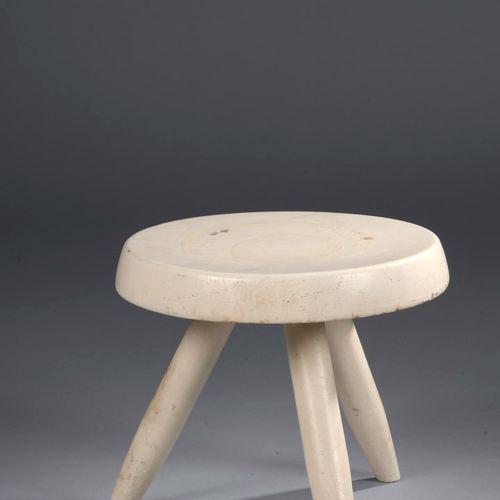夏洛特 佩里昂 (1903 1999)  伯杰三角凳,在艺术家的参考书中编号为524,灰白色。  白蜡木完全重新刷成白色(冲击和油漆跳跃)。  高:27.5厘米…