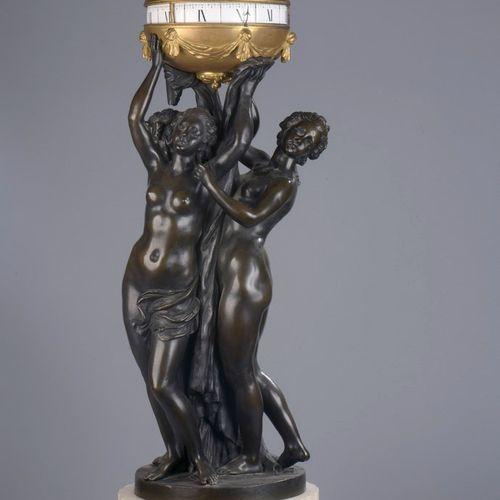 时钟,三圣母安放在一个装饰有柱子和一排珍珠的门楣上,支撑着一个有凹槽的柱子底座。  白色大理石。上图是根据Falconnet的模型制作的棕色铜质三圣母,支撑着一…