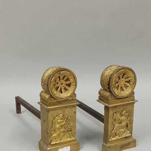一对鎏金铜制和带凹槽的护目镜,上面有冬夏两季的贴花图案。  19世纪上半叶的作品  高度:25厘米
