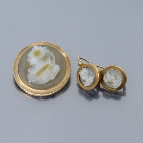 Half set in 18k (750) yellow gold with cameos on agates comprising :   a round b…