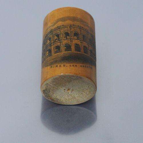 Flacon de sels en cristal à pans coupés, dans un étui cylindrique en bois au déc…