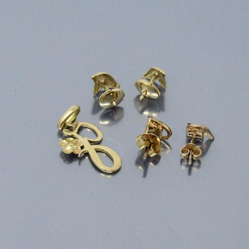Lot including :   An 18K (750) yellow gold pendant presenting the letter 'J' acc…