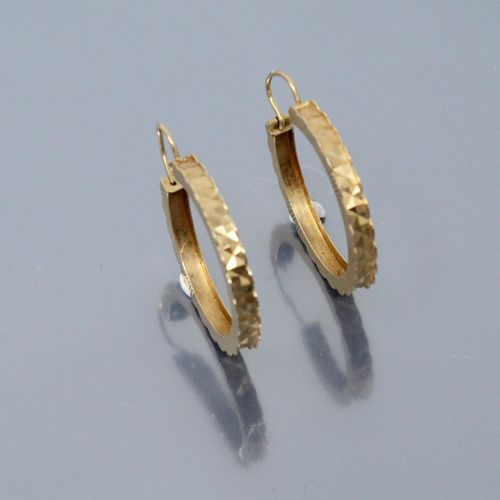 Pair of 18K (750) yellow gold hoop earrings with geometrical decoration.  Weight…