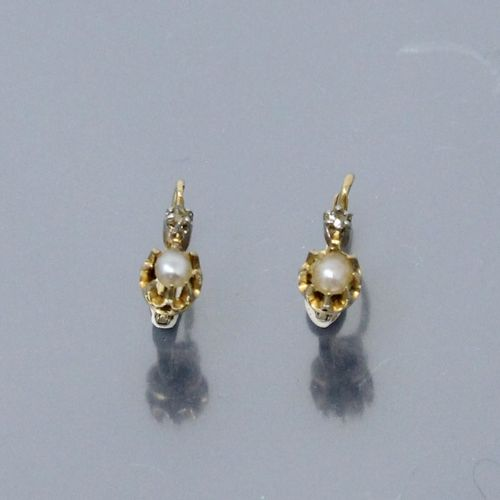 Pair of 18k (750) yellow gold dormeuses set with a baroque pearl and a brilliant…
