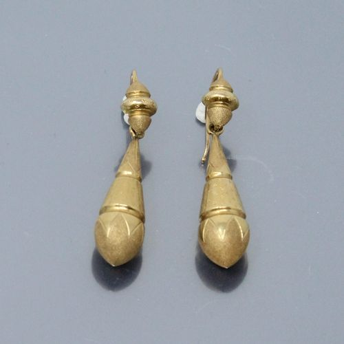 Pair of 18K (750) yellow gold earrings with guilloché and amati design.  Weight …