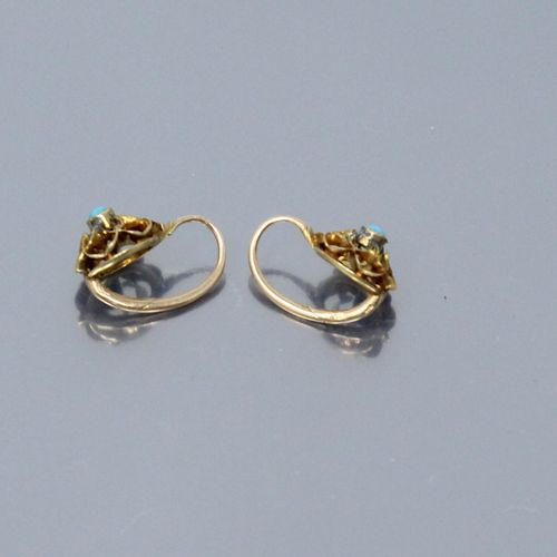 Pair of 18k (750) yellow gold dormeuses decorated with a flower, the center set …