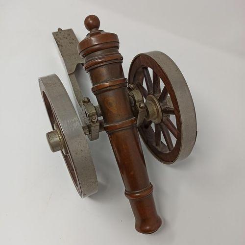 Canon miniature en fonte, bronze et bois  L.: 46 cm