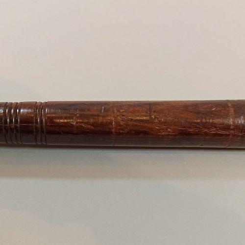Lot:   Matraque anglaise en bois sculpté,  Long.: 34 cm   Matraque anglaise en b…