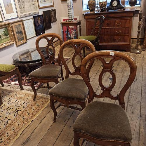 3 chaises, assises garnies de velours vert