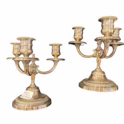 Une paire de bouts de table à trois bras de lumières en métal argenté, un sucrie…