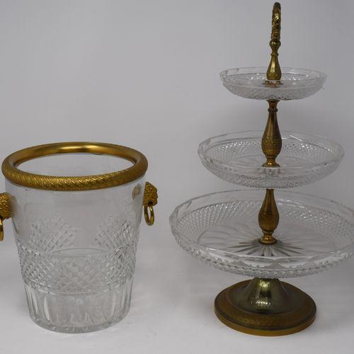 Service de table en bronze doré et cristal comprenant :     Un seau à champagne …