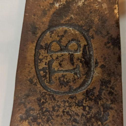 Fer de hache de vigneron avec monogramme TB.  Long;: 50 cm