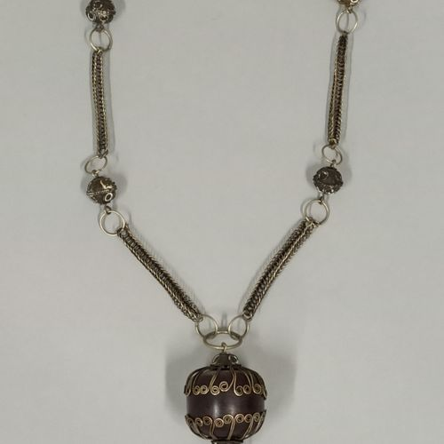Collier orné d'une boule d'ambre foncée et chaîne en argent formée de tresses aj…