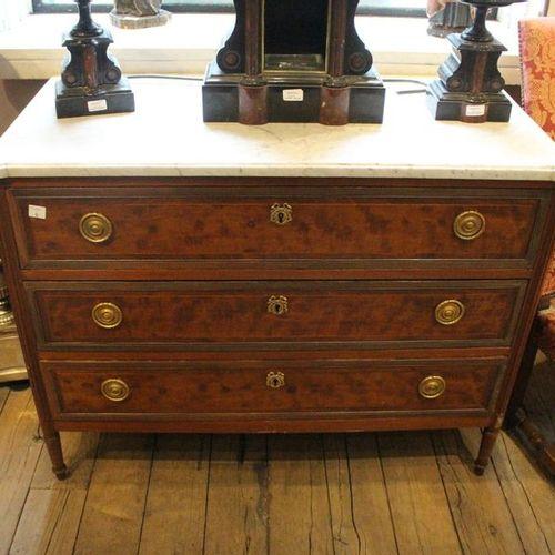 Commode en bois de placage  Epoque Louis XVI  H.: 56 cm L.: 114 cm