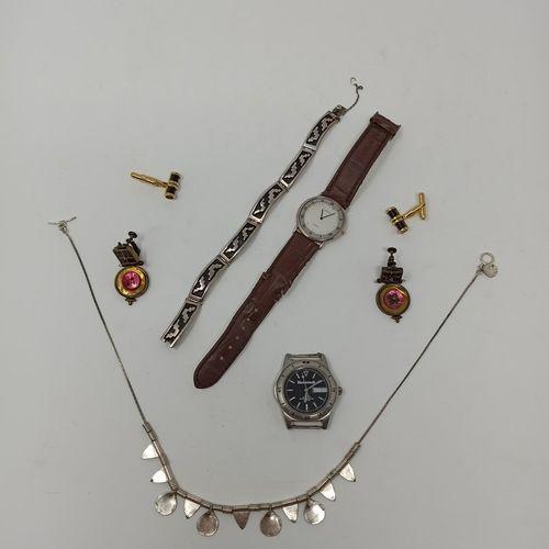 Lot comprenant:   Collier en argent   Bracelet en argent   Paire de pendants d'o…