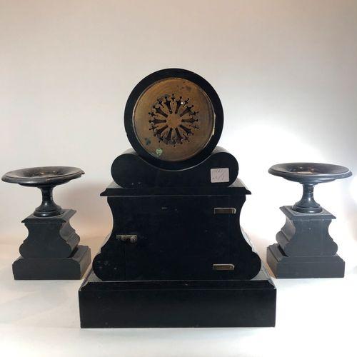 Garniture de cheminée en marbre noir, rouge et métal.  H.: 48 cm L.: 37 cm P.: 1…