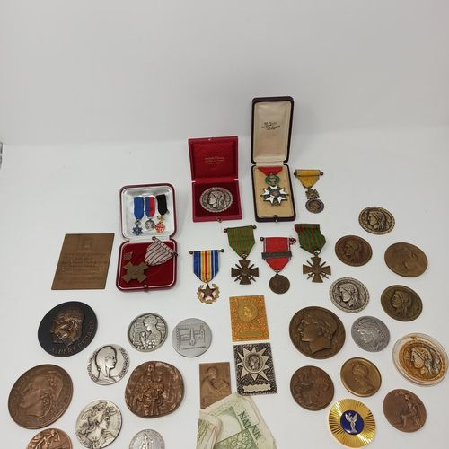 Lot de médailles en bronze et médailles militaires