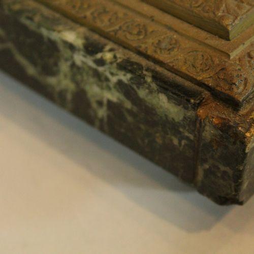 Deux pieds de lampe :   l'une en forme d'oeuf en tôle et bronze doré au décor de…