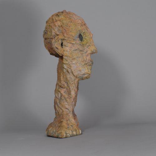 ECOLE MODERNE  Tête aux yeux noirs  Sculpture en terre cuite  H: 28 cm