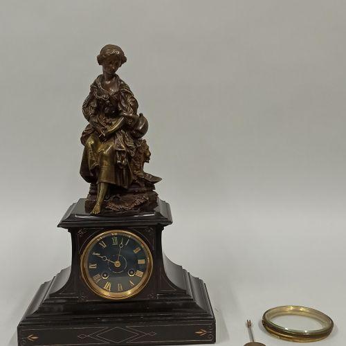 Pendule borne surmontée d'une sculpture en bronze figurant une jeune fille à la …