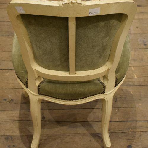 Chaise en bois sculpté peint à moulure de fleurs  Style Louis XV  H. 89 cm; P. 4…