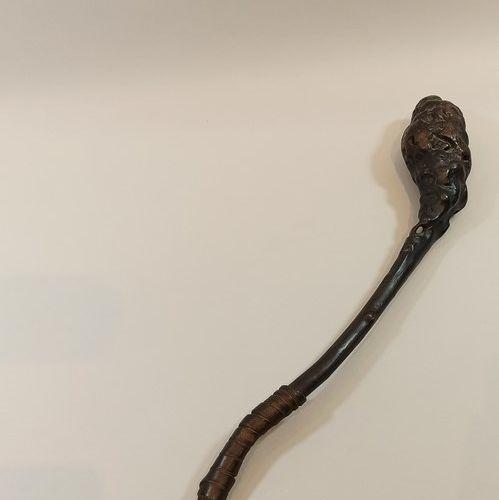 Lot:   Truncheon anglais en bois et cuir,  Long.: 39 cm   Matraque formée par un…