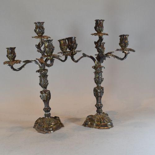 Paire de chandeliers Louis XV de style rocaille en métal argenté à cinq bras de …