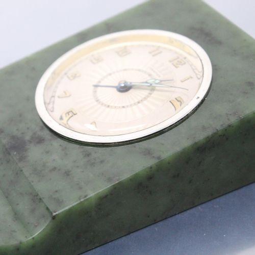 """卡地亚  第142号  带闹钟功能的软玉台钟。长方形的箱子,也可以作为笔盒使用。表圈上有抹去的主印章。这座钟的鎏金铜壳背面划有数字 """"33044"""",靠近用于调节…"""