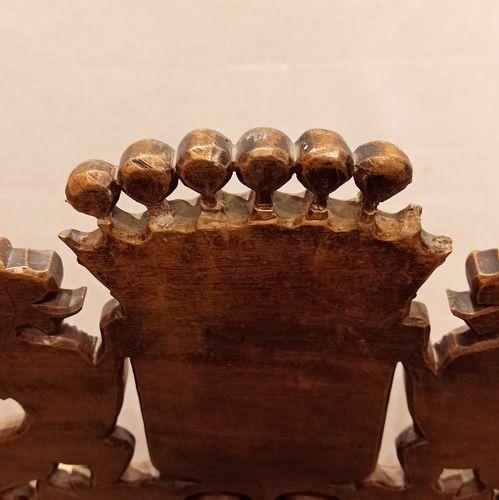 Fauteuil en bois sculpté à haut dossier plat ajouré, à décor de colonnes torsadé…