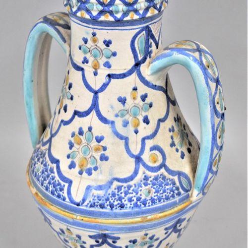 Vase en faïence à deux anses à décor bleu, jaune et turquoise.  H.: 39 cm  Accid…