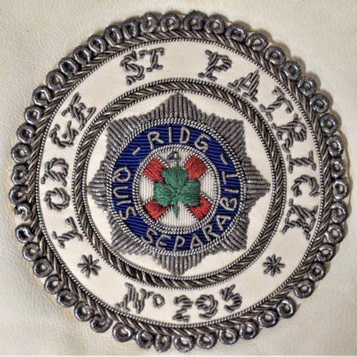 Tablier de maître.  Loge Saint Patrick n°295.  XXe siècle.  H. : 39.5 cm L. : 33…