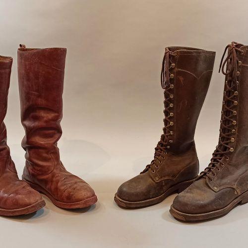 Deux paires de bottes. Une en cuir brun entièrement lacée, semelles cloutée, poi…