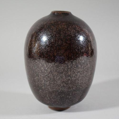 GILLES  Vase à corps ovoïde et col resséré en grès émaillé marron reposant sur u…