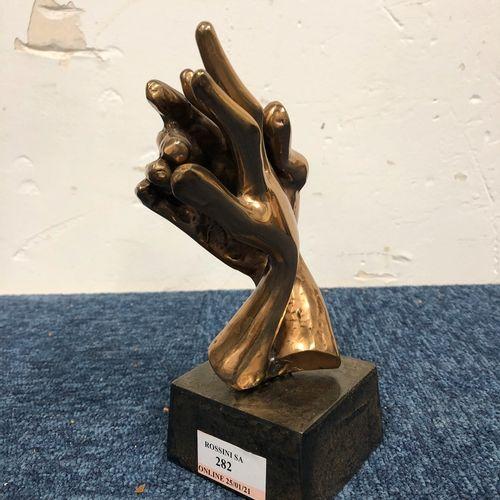 LOHE Yves (né en 1947)  Sculpture en bronze représentant deux mains entrelacées.…