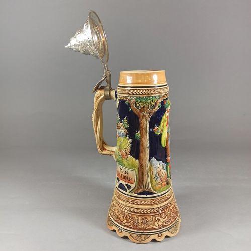 """德国的工作。  珐琅彩陶器音乐啤酒杯,装饰有一对巴伐利亚夫妇在风景中演奏 """"In München steht ein Hofbräuhaus """"的旋律。  金属…"""