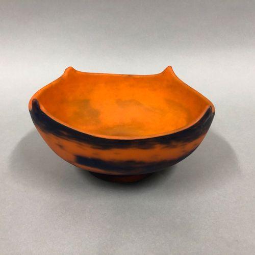 MULLER Frères à Luneville  Coupe en verre marmoréen à fond orange tacheté violin…