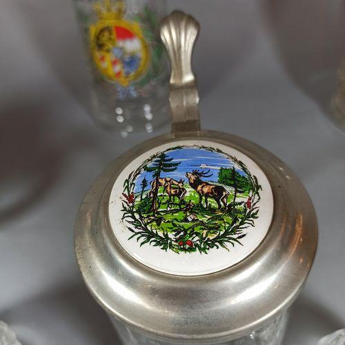 Travail allemand,  Lot de 8 chopes à bière en verre taillé, certaines à décors t…