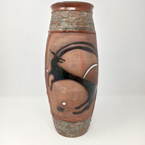 Vase en terre cuite à décor ciselé d'animaux émaillés dans des entourages de for…