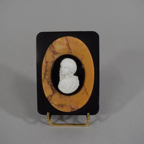 Camée représentant un buste de femme sur une plaque d'onyx appliquée sur une pla…
