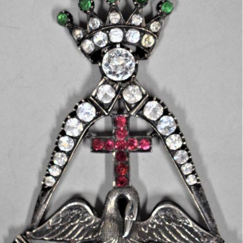 Bijou de chevalier Rose Croix.  A couronne articulée.  Argent et strass sertis. …
