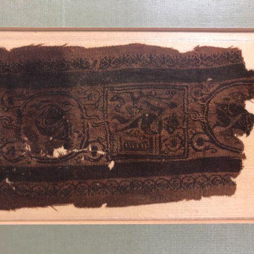 EGYPTE, VI VIIIe siècle,  Fragment de tissu Copte à décor de personnages dans de…