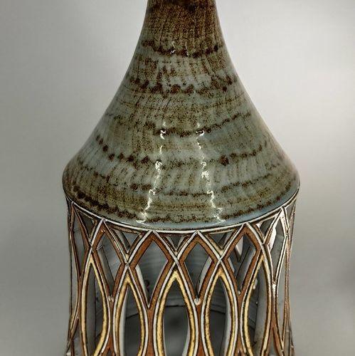VIEUX MOULIN (Atelier du)    Lampe ajourée marron et jaune, terre rouge de Valla…